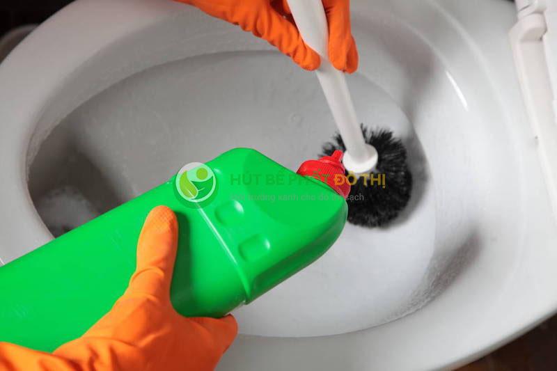 5 lưu ý quan trọng khi sử dụng nước tẩy bồn cầu
