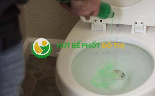 Dùng nước rửa chén và nước nóng