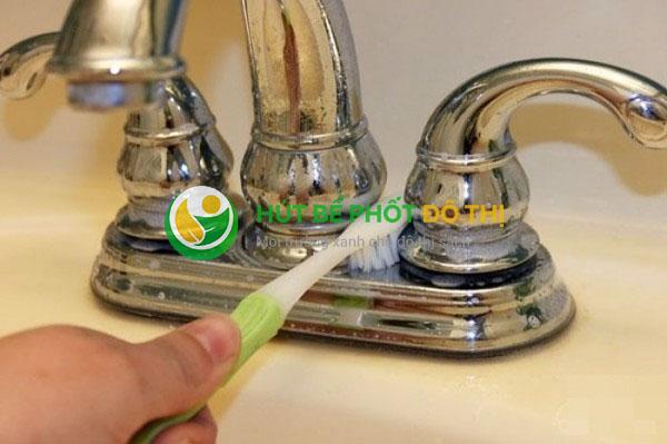 Làm sạch vòi inox đơn giản bằng kem đánh răng