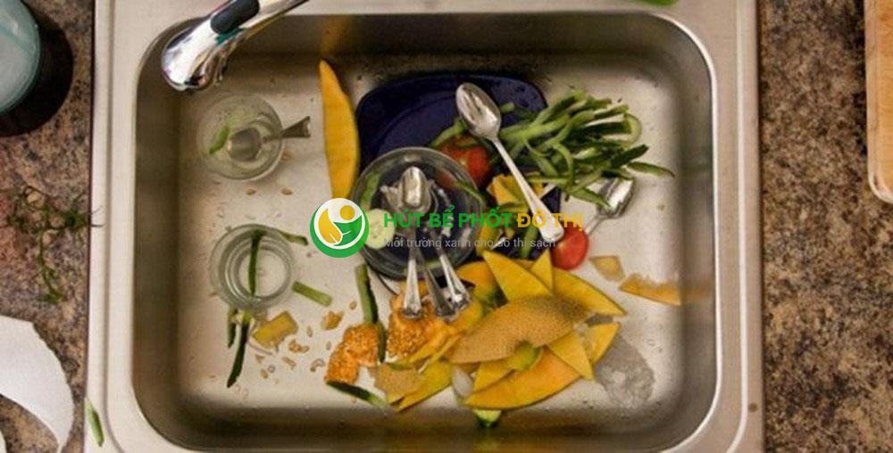 Thu gom vụn thức ăn và các loại rác khác khi sơ chế nguyên liệu